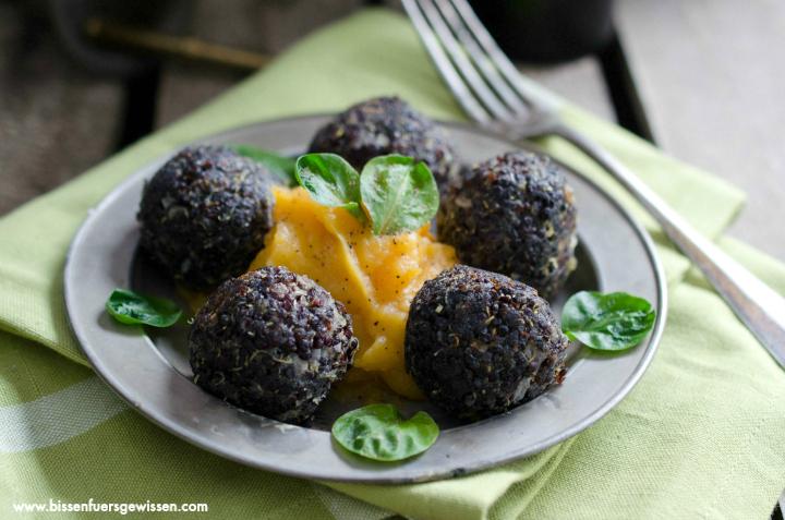 rezept schwarze quinoa b llchen auf s kartoffelp ree bissen f rs gewissen. Black Bedroom Furniture Sets. Home Design Ideas
